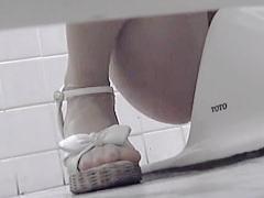 【無修正】重い女の子の日にカワイイ美脚女子が女子トイレに長居した結果♪