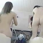 【盗撮】女湯でカラダを洗う女子たちの全裸模様を撮りまくるフットワークの軽い女盗撮師♪