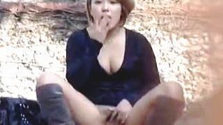 【盗撮動画】盗撮に気付いた女子たちがおマンコくぱぁして挑発してきたときの対処法♪