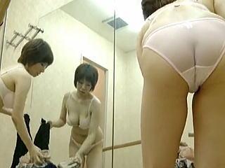【盗撮】フィットネスクラブに通うムチムチお姐さんの着替え風景やらストレッチやら♪