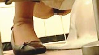 【無修正】女子トイレでオシッコ中の女の子たちの股間にグイグイ迫るスゴ腕盗撮師♪