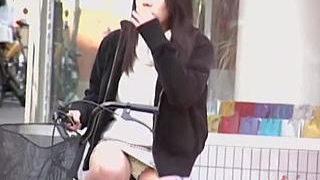 【盗撮】街中でミニスカ穿いてチャリチラしてる女子は露出狂の素質アリと思える件♪