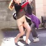 【盗撮】女性のタイプには全く拘らず白昼の街中でパンティーずり下しまくった結果♪