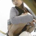 【盗撮】トイレでオシッコ中にカメラに気付いた女子たちのリアクションを検証した結果♪