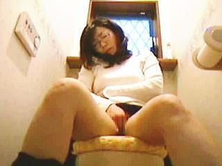 【盗撮】トイレで小便しながら電話してメールしてついでにオナニーで〆る眼鏡女史♪
