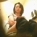 【盗撮】リーズナブルなのに美味しいと評判なイタリアンレストランの女子トイレ風景♪