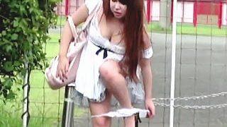 【盗撮】明らかに公園に別の目的でやってきた女子を追跡したら案の定な野ションしおった♪