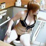 【盗撮】多種多様のタイプの女子が利用する海水浴場にある洋式トイレの使用状況♪