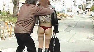 【盗撮】露出狂必須アイテムのロングコートにブーツ姿のお姉さんをスカメクしたった♪