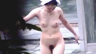 【盗撮】ムチムチで妖艶な全裸を白日の下に晒す熟女率が若干高めの温泉露天風呂♪