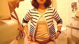 【盗撮】至れり尽くせりなデパートの女子トイレで小便姿を撮られた黒タイツのお姉さん♪