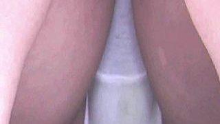 【盗撮】休日の公園で彼氏とランチしてる萌え系女子の黄ばみパンティー隠し撮り画像♪