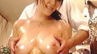 【盗撮】オイルマッサージでイイ気持になってチンポを受け入れた巨乳のセレブマダム♪