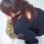 【閲覧注意】お嬢様系お姉さんが和式便器で美尻から軟便垂れ流す姿を3カメ盗撮♪