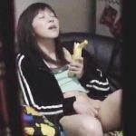 【盗撮】食べかけのバナナでよからぬ妄想膨らませてオナニー始めちゃったジャージ女子♪