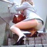 【盗撮】OLさんがビルの階段で尋常じゃないくらい豪快にオシッコお漏らししてますた♪