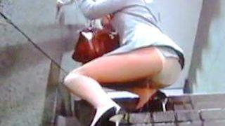 【盗撮動画】OLさんがビルの階段で尋常じゃないくらい豪快にオシッコお漏らししてますた♪