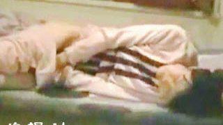 【盗撮】覚えたてのオナニーの快楽に溺れパジャマ姿でベッドオナニーに耽る女の子♪