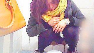 【盗撮】昭和チックな和式トイレでオシッコ姿を撮られたニューバランスな黒タイツ女子♪
