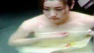 【盗撮】情緒溢れる岩風呂でタオル入浴してる無粋な女の子を潜伏隠し撮りしたった♪