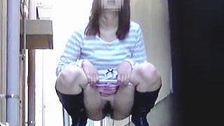 【盗撮】トイレを探す手間を惜しんで街の死角で野ションを垂れ流してる呆れた女子たち♪
