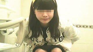 【盗撮】洋式トイレの真正面にカメラを仕込んでオシッコ中の女子たちの表情を観察♪