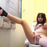 【盗撮】自宅のトイレに籠って行儀の悪いオナニーで逝き散らしてるオレのJKな妹♪