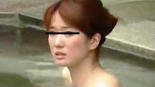 【盗撮】デンジャラスな露天風呂に入ってちょくちょくカメラ目線になってる淑女たち♪