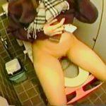 【盗撮動画】尿意限界でジタバタしながらも便座をキレイに拭いてからオシッコしてる神経質JK♪
