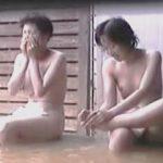 【盗撮】湯治場の露天風呂で親戚のオバサンと入浴してるようにも見える全裸素人女子♪