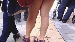 【盗撮】休日の繁華街に出向くと必ず見かける生脚ミニスカ淫乱女子の挑発パンチラ♪