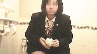 【盗撮】JK御用達ショップの女子トイレに仕込まれたカメラの餌食になった娘たち♪