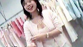 【盗撮】接客スマイルが眩しいショップの店員さんたちの胸チラを覗き撮るゲスい客♪