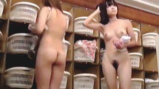 【盗撮】スーパー銭湯の脱衣所で男たちのシコシコネタを撮りまくるGJな女盗撮師♪