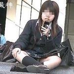 【盗撮】階段で行儀悪く座ってる女子校生のパンチラを躾の観点から隠し撮りしたった♪