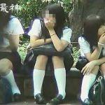 【盗撮】市民の憩いの場でパンチラ晒して癒しを与えてくれる放課後の制服女子校生たち♪