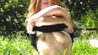 【盗撮動画】キャミ脱ごうとして一緒にチューブトップもズレてオッパイ丸晒ししてるギャル♪