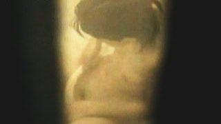 【盗撮】自宅のお風呂でゴシゴシやってる若いお母さんが股間を念入りに洗浄してますた♪