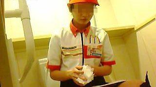 【盗撮】Mのマークで世界的にもお馴染みのバーガーショップ店員さんのオシッコ覗いたった♪