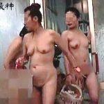 【盗撮】そこそこ混んでるスーパー銭湯の脱衣所でナイスアングル求めて徘徊撮りしてる女盗撮師♪