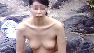 【盗撮】覗かれることが前提になってるような自然色豊かな露天風呂で全裸を撮られてる入浴女子♪