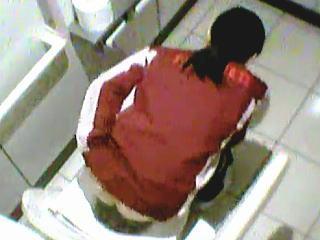 【盗撮】7時から11時でお馴染みのコンビニのトイレでオシッコ姿を撮られたパート店員さん♪