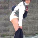【盗撮】真昼間の街中でスカートずり下げアタック隊のターゲットにされた女子校生たち♪