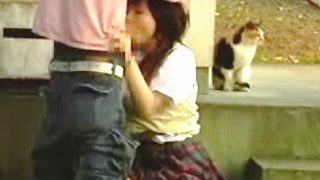 【盗撮】野良猫監視のノスタルジックな土手でカレシと野外セックスしてるスケベチックな女子校生♪