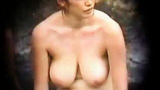 【盗撮】デカすぎる垂れ乳が実に艶めかしい岩風呂に入浴中のお姉さんをじっくり隠し撮り♪
