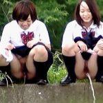 【盗撮】下校途中に野ション遊びで放物線を描いてる汚ギャル過ぎるポンコツ女子校生たち♪