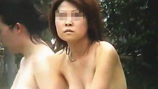【盗撮】露天風呂に入浴中の女子を撮ってたら勘の鋭いカメラ目線のお姉さんと見つめ合いますた♪