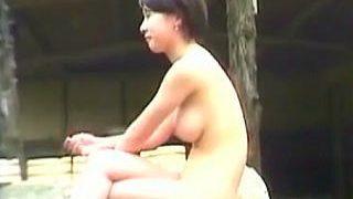 【盗撮】全裸女子で賑わう露天風呂に潜入してマニアたちのために一肌脱いでる女盗撮師♪