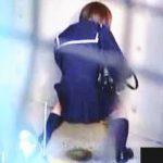 【盗撮】セーラーJKを街撮りしてたらオッサンレベルのダイナミックな立ちションが観られますた♪