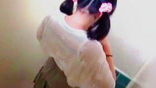 【盗撮】市民プールの古いトイレでオシッコ姿を撮られたお尻に擦り傷のあるツインテールのロリ少女♪